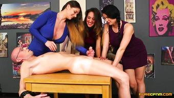 Три красивые сучки задрочили пенис лысого мужика