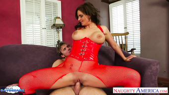 Женщина в откровенном наряде красного цвета трахается