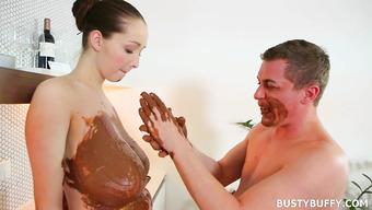 Большие сиськи любимой жены намазал шоколадом