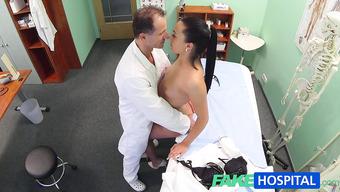 Доктор с длинноволосой пациенткой чпокнулись в кабинете