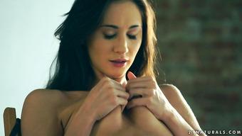Шаловливая брюнетка засовывает пальчики в красивую пизду