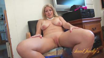 Голая домохозяйка с большими обвисшими сиськами