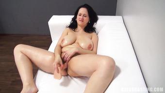Пышная мадам с очень большими дойками расслабилась на кастинге