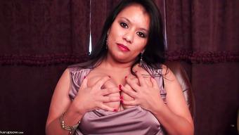 Азиатская тетка пихает пальчик в выбритую пизденку