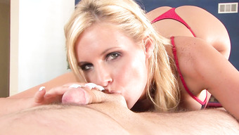 Минет исполняет ангельская блондинка с красивыми сиськами