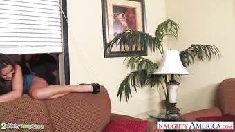 Грудастая женщина присоединилась к половому акту своей падчерицы