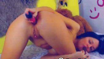 Секс игрушками брюнетка мастурбирует обе дырочки