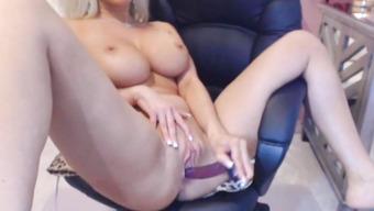 Блондинка с шикарными сиськами мастурбирует пизду перед вебкой