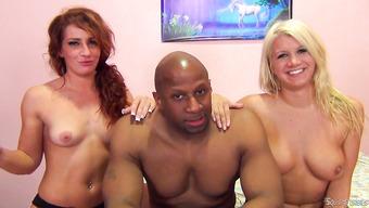 Чернокожий трахарь и две американские девушки