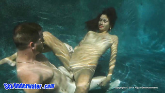 Фантастический секс парочки под водой