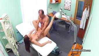 Доктор умело развел на половой акт пациентку