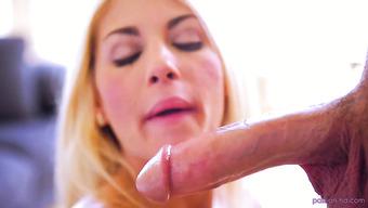 Блондинка с невероятными сиськами сосет пенис