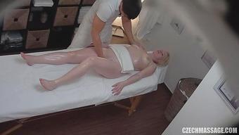 Блондинка отблагодарила массажиста неплохим минетом