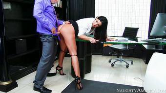 Классный секс с длинноногой секретаршей в офисе