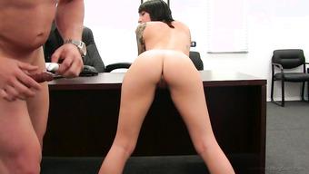 Худенькая студентка расслабилась на столе