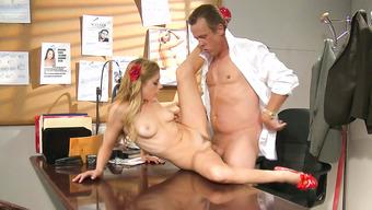 Начальник представил секс со своей секретаршей