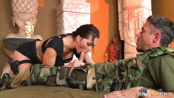 Американский солдат перепихнулся с сексуальной брюнеткой