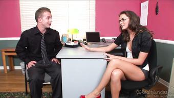 Секс с раскованной начальницей в офисе