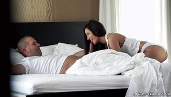 Утренний половой акт с длинноволосой брюнеткой