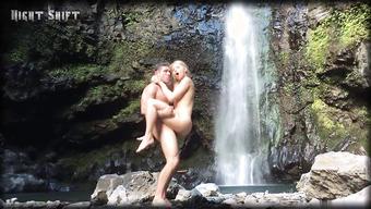 Секс с блондинкой у водопада