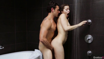 Хорошенький секс с очаровательной брюнеткой в ванной