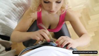 Парень запикапил симпатичную чешскую блондинку
