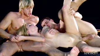 Групповое порно со светловолосой шалавой
