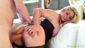 Парень сует огромный хер в аппетитную блондинку
