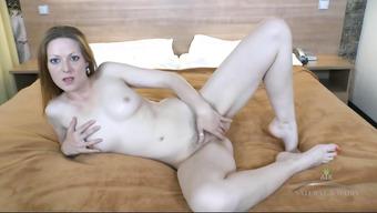 Потаскушка разделась и по мастурбировала мохнатую дырку