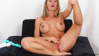 Грудастая блондинка трет пальцами розовую пизду