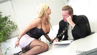 Шикарное порно с гламурной сиськастой секретаршей в офисе