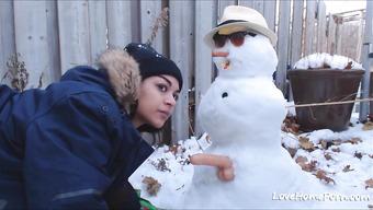 Красивая брюнетка развратничает во дворе зимой