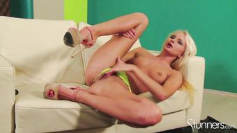 Стройная блондинка развлекается секс игрушками на диване