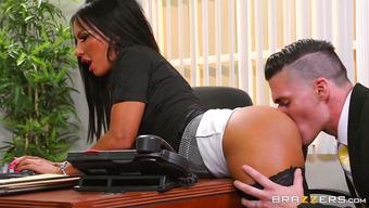 Сногсшибательная секретарша в чулках дала себя выебать на столе