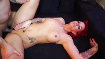 Секс с рыжеволосой красавицей в домашней обстановке