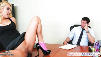 Красивая студентка соблазнила преподавателя на секс