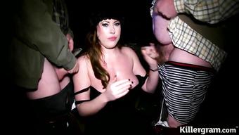 Пышная проститутка сосет хуи парней на улице