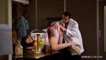 Главврач трахает медсестру с шикарной попочкой