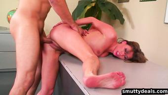 Сексуальная красотка кричит от большого члена в мокрой киске