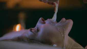 Пошлая телка забавляется со спермой из использованного презерватива