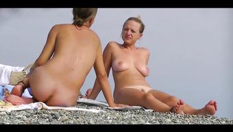 Развратные телочки на пляже загорают полностью обнаженными