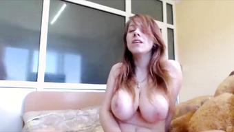 Обворожительная студентка стонет перед вебкой от мастурбации