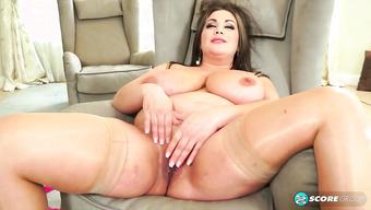 Озабоченная толстушка мастурбирует сочную пилотку ловкими руками
