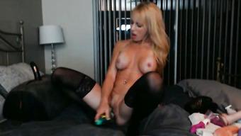 Длинноногая блондинка трахает себя перед вебкой секс машиной