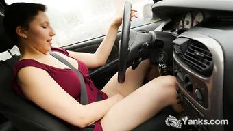 Двадцатилетняя брюнетка мастурбирует за рулем автомобиля