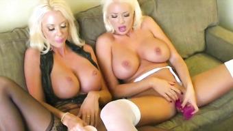 Две развращенные лесбиянки ласкают письки язычками и игрушками