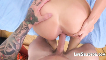 Неутомимый пошляки пихает большой пенис в бритую пилотку стройной сучки