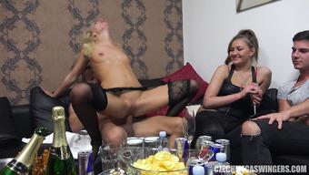 Озабоченные телки на пьяной вечеринке неразборчиво трахаются с друзьями