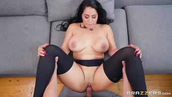 Сексуальная баба в черных чулках дрочит кавалеру ногами и дает себя трахать