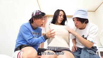 Два развратника трогают фигуристую японку за огромные сиськи